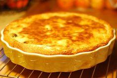 Si vous aimez le far breton classique (nature ou aux pruneaux), je vous propose de tester le far breton aux pommes... toujours aussi simple à réaliser !