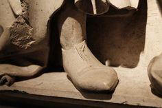 Sepolcro di Lorenzo Pini (1397) Paolo di Bonaiuto provenienza: Chiesa di San Pietro, Bologna collocazione: Museo Civico Medievale di Bologna [dettaglio di calzatura]