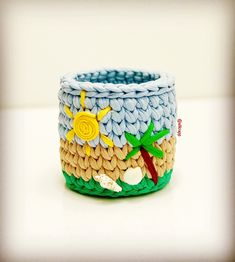 Cesto em fio de malha Moana Crochet T Shirts, Crochet Yarn, Crochet Crafts, Crochet Clothes, Crochet Projects, Crochet Ideas, Crochet Patterns, Scrap Fabric Projects, Fabric Scraps