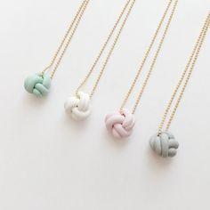 Mini amor nudo collar  joyas de arcilla de polímero hecho a