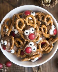 Rolo Pretzel Reindeer are not only a delicious sweet and salty treat, but they are adorable, and fun, and perfect for the Christmas season! I love rolo pretzel treats, and these rolo pretzel reindeer are Christmas Pretzels, Christmas Snacks, Christmas Candy, Holiday Treats, Diy Christmas, Holiday Foods, Christmas Recipes, Christmas Cookies, Xmas