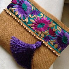 New diy bag clutch tuto sac Ideas Jute Fabric, Fabric Bags, Vintage Embroidery, Hand Embroidery, Purple Clutch Bags, Clutch Purse, Floral Clutches, Handmade Bags, Handbag Accessories