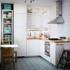Cucina in stile country color bianco sporco con piani di lavoro ...