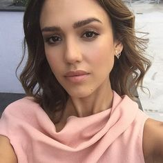 I am a huge Jessica Alba fan. She is my ultimate girl-crush and my style icon. I will post new and old photos daily! Jessica Alba Style, Jessica Alba Makeup, Beauty Makeup, Hair Makeup, Hair Beauty, Beauty Box, Vanity Fair, Jessica Alba Pictures, Wedding Makeup Tutorial
