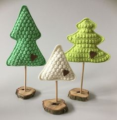 haeklede juletraer Crochet Christmas Trees, Christmas Crochet Patterns, Crochet Toys Patterns, Christmas Knitting, Handmade Christmas, Xmas Tree, Christmas Tree Ornaments, Christmas Crafts, Christmas Decorations