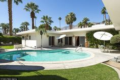 Mid Century Modern home with swimming pool. 1240 S Manzanita Ave, Palm Springs Property Listing: MLS® Swimming Pool Designs, Swimming Pools, Spring Architecture, Kidney Shaped Pool, Pool Contractors, Sunken Living Room, Pool Remodel, Round Pool, Pool Fashion