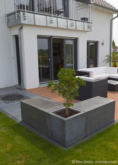 Ansprechende Design-Elemente in Architekturbeton. Attractive design elements in architectural concrete. With transfer aid and floor drain. Beton Design, Concrete Design, Design Cour, Design Elements, Modern Design, Casa Patio, Pavers Patio, Patio Stone, Concrete Patio