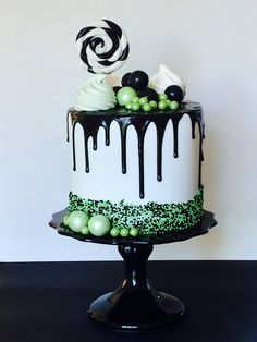 Black, white and green drip cake Green Birthday Cakes, My Birthday Cake, Halloween Cakes, Halloween Treats, Cupcakes, Cupcake Cakes, Beautiful Cakes, Amazing Cakes, Drippy Cakes