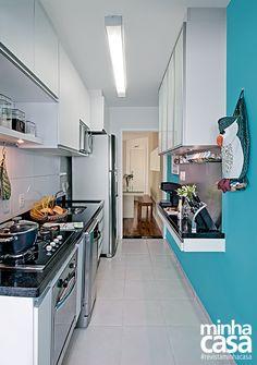 Cozinhas do tipo corredor: estreitinhas, mas charmosas e bem-aproveitadas. Em busca de inspiração? Os projetos a seguir são um prato cheio!