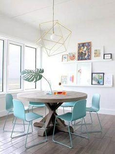 Sala de jantar com cadeiras azuis.