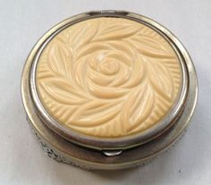 Vintage-Sliver-Mesh-Compact-Bakelite-or-Celluloid-with-Mirror-Powder-Puff