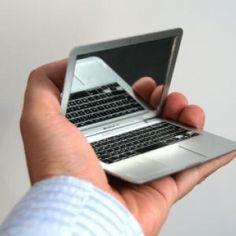 Ce petit miroir de poche en forme de Macbook Air rendra jaloux tout vos ami(e)s ! ET puis cet objet est spécial pour les apple addicts de commentseruiner, on sait que vous êtes nombreux !