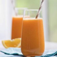 Carrot-Orange Juice Recipe - 1 medium yellow tomato, cut into wedges 1 medium orange, peeled and quartered 1 medium apple, cut into eighths 4 large carrots, peeled Ice cubes (optional) Healthy Juice Recipes, Juicer Recipes, Healthy Juices, Healthy Smoothies, Healthy Drinks, Healthy Snacks, Healthy Eating, Homemade Smoothies, Detox Juices