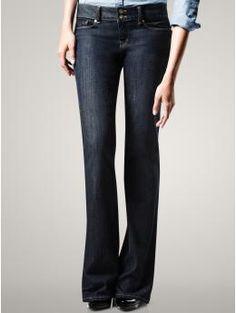calça jeans escura, corte clássico