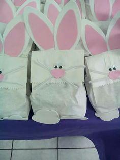 Bolsita de dulces para pascua. Bunny Birthday, Birthday Candy, Fiesta Mickey Mouse, Bunny Bags, Bear Crafts, Easter Projects, Baby Shower, Ideas Para Fiestas, First Birthdays