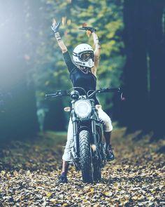 いいね!920件、コメント5件 ― Francesca Lai (la French )さん(@frenchissima)のInstagramアカウント: 「Remember ... my first bike! Ph @de_ranieri_simone #scramblerducati #fullthrottle #bell #motorcycle…」