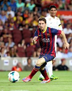 GRA210. BARCELONA, 02/08/2013.- El delantero argentino del FC Barcelona Lionel Messi controla el balón durante el partido del trofeo Joan Gamper que FC Barcelona y Santos disputan esta noche en el Cam