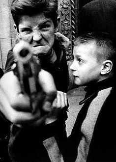 William Klein, Gun New York, 1955 (or Diane Arbus ? Diane Arbus, Photo D Art, Foto Art, Famous Photographers, Street Photographers, Fotojournalismus, Garry Winogrand, Eugene Smith, William Klein