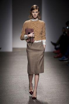 ノスタルジックなフラワープリントシャツとケーブルニットの重ね着スタイル。 トレンドのペンシルスカートで上品にまとめたスタイリングです。