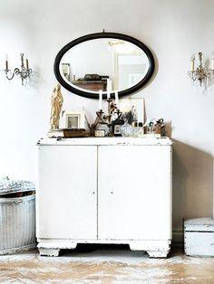 Una colección ecléctica reflejada en un espejo vintage
