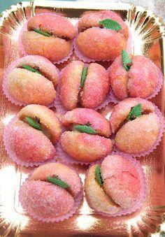 sweet peaches with custard - sweet beautiful! Cheesecake Desserts, Pie Dessert, Mini Desserts, Just Desserts, Delicious Desserts, Italian Cookie Recipes, Sicilian Recipes, Italian Cookies, Italian Desserts