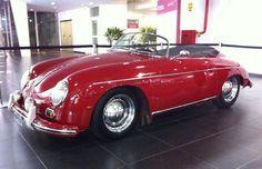 Um Porsche 356 Speedster de 1957, que pertenceu a Ferry Porsche, criador do modelo e filho do fundador da marca alemã, Ferdinand, é uma das atrações do Salão Internacional de Veículos Antigos (SIVA), que vai até este domingo (25).  (Foto: Rodrigo Mora / G1)