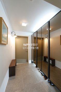 좁은 현관 2배 넓어보이게 하는 팁! - Daum 부동산 인테리어 Entrance Foyer, Entrance Design, Entryway, Vestibule, Shoe Closet, Diy And Crafts, Sweet Home, New Homes, House Design
