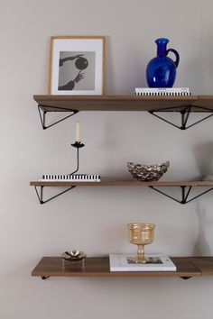 Flexibel shelves with possibilty to rotate brackets for function and style. Pythagoras is made in Sweden from 100% reycled metal and wood from sustaiable forestry.