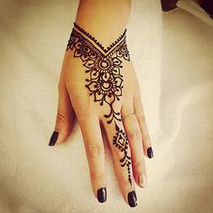 Henna Design Ideas – Henna Tattoos Mehendi Mehndi Design Ideas and Tips Henna Tattoo Hand, Henna Tattoos, Wrist Henna, Henna Ink, Henna Body Art, Neue Tattoos, Henna Tattoo Designs, Henna Mehndi, Mehendi