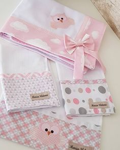 it Cueiro Personalizado 1 Cueiro medindo cm 3 Fraldas de boca cm Tecido fralda de ótima qualidade Patchwork Bags, Patchwork Quilting, Patchwork Ideas, Baby Sewing Projects, Quilting Projects, Baby Sheets, Quilt Baby, Diy Bebe, Baby Crafts