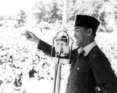 Presiden Soekarno sedang berpidato