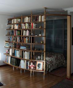 Imagina un apartamento de 35 metros cuadrados todo un hueco ..... pues que la libreria sea la alcoba