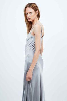 3af857e7cf2 Ghost - Robe longue Mel en satin argenté. Urban Outfitters