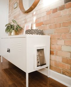 So many of you have asked for tips on how to hide a litter box in a small space so I show you how to make a super easy DIY hidden litter box using an Ikea cabinet. Cat Litter Cabinet, Hiding Cat Litter Box, Diy Litter Box, Hidden Litter Boxes, Litter Box Enclosure, Ikea Cat, Diy Projects On A Budget, Ikea Cabinets, Cat Furniture