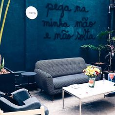 Quem acompanhou o #mixpressday hoje no stories? 20 anos de @mktmix e um dia incrível para apresentar tendências do inverno da moda e decor (que sempre andam juntas)  @felipemorozini ambientou toda a casa com seu estilo único cool. Estivemos lá e AMAMOS a experiência! [Foto by @apartamento_203]  #mktmix #mktmix20anos