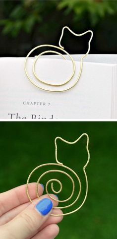DIY Cat Bookmark Tutorial from One Artsy Mama. Since you are using soft wire this should be quite easy to bend and hammer depending on the look you want. Also, you can make a smaller version for a necklace. For one of the best DIY Wire archives go. Cat Crafts, Wire Crafts, Crafts To Make, Arts And Crafts, Etsy Crafts, Halloween Crafts, Diy Marque Page, Wire Bookmarks, Ideias Diy