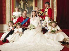 Kate Middleton ostentou o vestido de noiva mais aguardado dos últimos anos. Criado por Sarah Burton, diretora criativa da Alexander McQueen, tem rendas inglesa Cluny e francesa Chantilly, seda e cetim. Os bordados foram feitos à mão pela Escola Real de Costura.