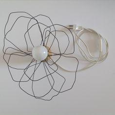 J'ai transformé cette lampe de chevet en entourant autour de la douille du fil de fer pour obtenir une fleur. L'ampoule ( petit culot à vis) devient donc le coeur de la fleur et - 18201693
