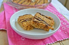 Recipe for peanut butter flapjacks made with coconut oil and honey instead of butter and syrup. These oaty squares are sweet, rich and delicious. Peanut Butter Flapjacks, Chocolate Flapjacks, Peanut Butter Recipes, Hot Chocolate, Vegan Recipes, Recipe Using Honey, Dessert In A Mug, Flapjack Recipe, Hazelnut Cookies
