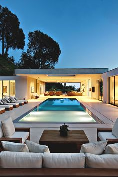 Fabulous modern home in Beverly Hills boasting indoor-outdoor living Luxury Modern Homes, Luxury Homes Dream Houses, Luxurious Homes, Dream Home Design, Modern House Design, Modern Pools, Dream House Exterior, House Exteriors, Villa Design
