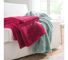 Hladký plyšový pléd | blancheporte.sk #blancheporte #blancheporteSK #blancheporte_sk #textil #home #textile #domov #dekoracie Textiles, Towel, Fabrics, Textile Art