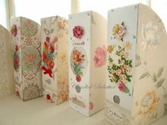Pour décorer ces boîtes j'ai utilisé :  des porte-revues en carton (modèle Flyt chez Ikea),  des chutes de papier peint (récup),  des cartes postales anciennes,  des fleurs en papier (accessoires de scrapbooking) et des rubans.