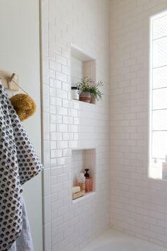壁にニッチの物置が2つ掘られたバスルーム