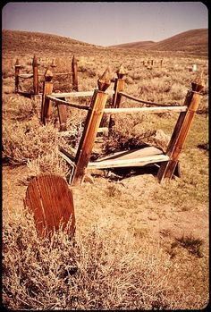 A wooden tombstone and cemetary in Bodie State Historic Park. It is a genuine California gold-mining ghost town. Cemetery Headstones, Old Cemeteries, Cemetery Art, Cemetery Dance, Cemetery Monuments, Graveyards, Light Of Life, Old West, Ghost Towns