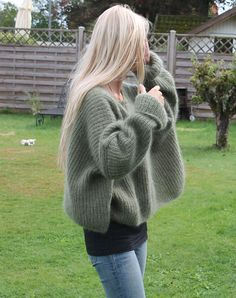 I knit sweaters like this Sweater Knitting Patterns, Knitting Designs, How To Purl Knit, Mohair Sweater, Casual Sweaters, Knit Sweaters, Knit Fashion, Crochet, Inspiration