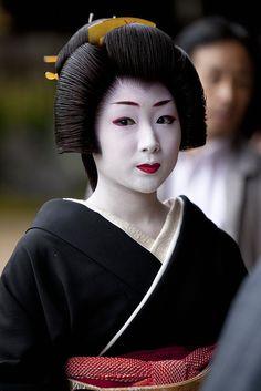 Katsuru, Erikae   by Onihide, via Flickr Japanese Geisha, Japanese Beauty, Vintage Japanese, Japanese Art, Geisha Meaning, Memoirs Of A Geisha, Kimono Design, Beautiful Japanese Girl, Japanese Aesthetic