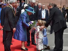 Blumen für die Queen: Zwei Kinder dürfen ihr den Strauß persönlich überreichen.