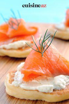 Les blinis au saumon et au St-Morêt sont faciles à préparer pour l'apéritif. #recette#cuisine#blinis#saumon #fromage #aperitif #apero Ethnic Recipes, Food, Gourmet, Cheese, Healthy Meals, Essen, Meals, Yemek, Eten