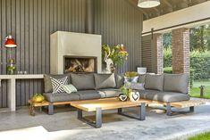 Deze prachtige teakhouten loungeset bestaat uit mooie dikke planken en een gepoedercoat aluminium donkergrijs onderstel. De loungeset wordt geleverd met antraciet waterafstotende kussens.