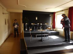 """Bühne zu """"Männergespräche"""" (vor der Pause) im studio des AuGuSTheater (Silcherstraße 2)"""